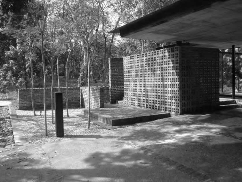 louvrebox house courtyard